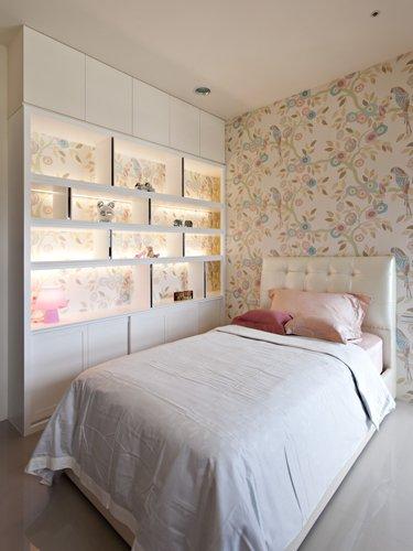 11、女儿房:书柜以层板线板为架构,隔板点缀镜面造型呼应上床头