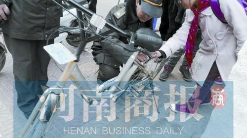 """共享单车喷漆 """"小黄"""" 被改成私人""""小灰"""""""