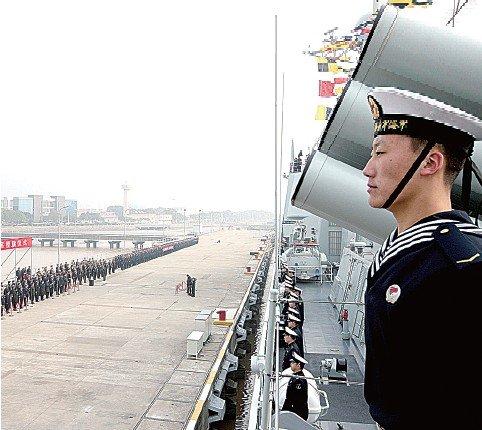 郑州海军新型导弹驱逐舰中国舰入列东海舰队董青云视频图片