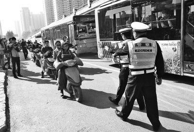 郑州集中查摩的半个月 被查司机抱车不放手