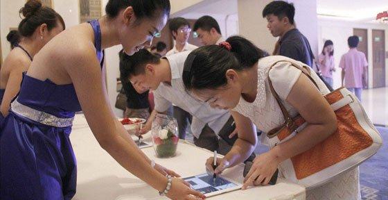 腾讯・大豫网两周年庆典 来宾在ipad上签名