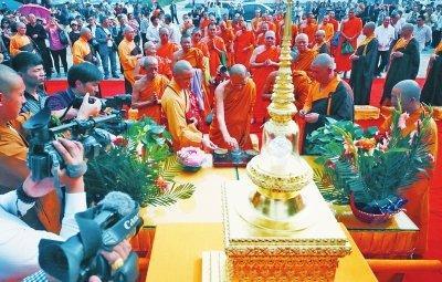 泰国高僧昨日送来佛骨舍利 赠予洛阳白马寺