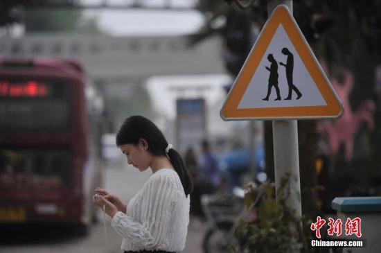 调查显示成人人均每天接触手机超74分钟 有你吗?