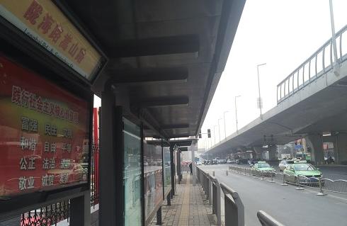"""郑州俩豪装公交站被弃用成""""僵尸"""" 市民:资源浪费"""