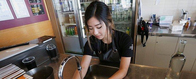 开酒吧失败后,云云找到了一家咖啡店,从刷盘子做起。