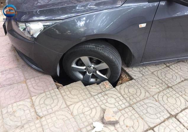 郑州一私家车遇路面塌陷被卡 车主求助