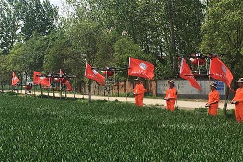 漯河农民喷洒农药用上无人机 高效安全还省钱