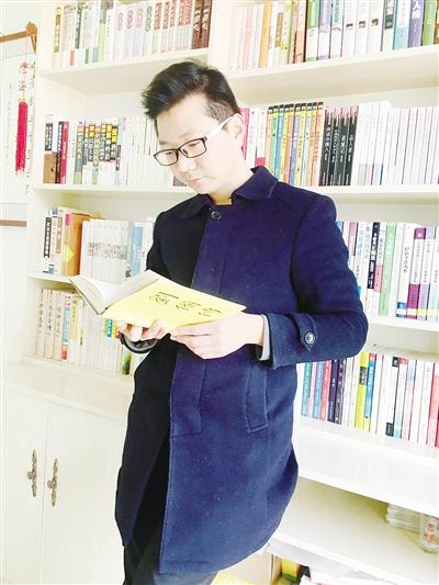 """漯河""""80后""""小伙爱阅读 年均读书40本"""