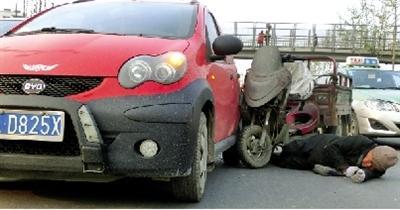 老人遭车撞击昏迷 醒后安慰女司机:俺不讹你
