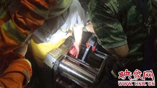 消防官兵在两分钟内用液压扩张钳扩张滚轮,成功将被困女子的左手从滚轴中取出。