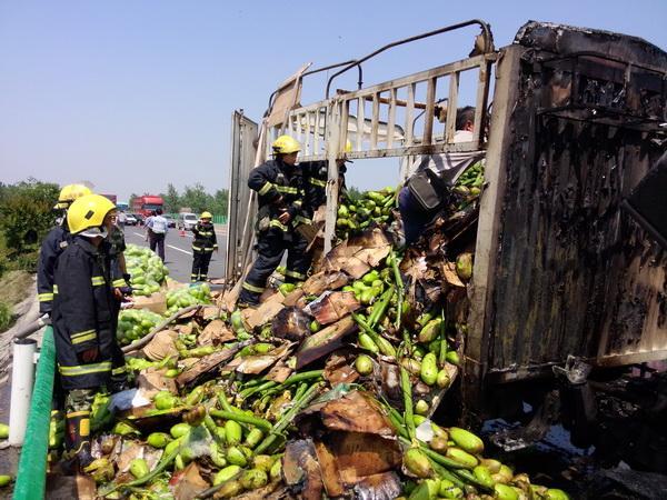 满载6000斤蔬菜货车遭火劫 新乡消防20分钟成功处置