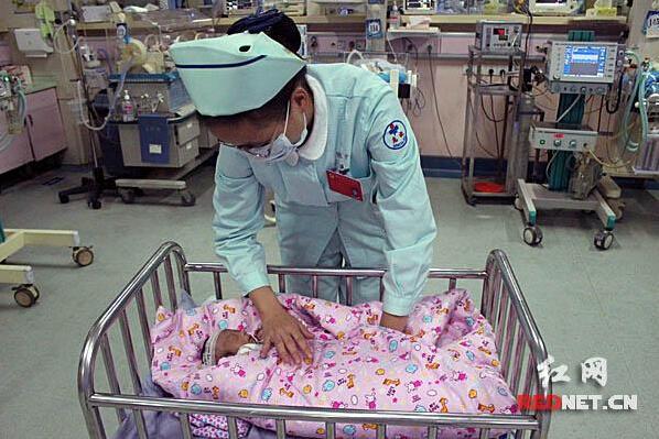 河南虞城婴儿诞生仅910克 千里爱心接力治疗