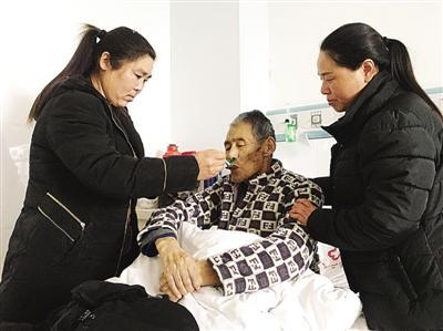 南阳:公公有病住院 两个儿媳寸步不离悉心照料