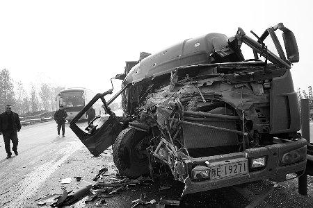 大雾致107新乡段连环追尾 两人死亡多人受伤