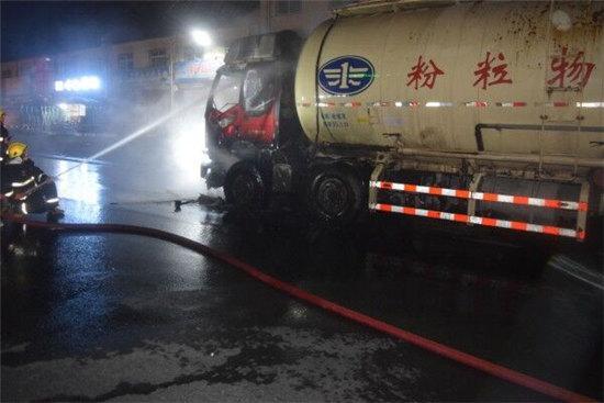 洛阳一重型槽罐车突然起火 被烧得只剩下空壳
