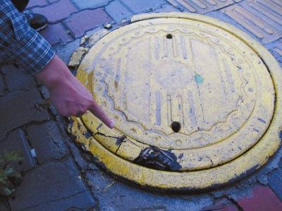 郑州街头现竹片窨井盖 一个200元寿命仅5年