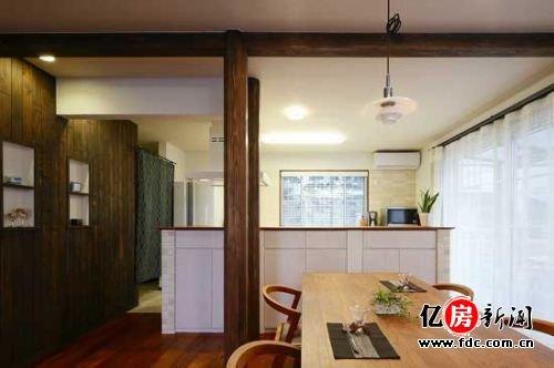 厨房的外围墙壁,整体的白色,外围砖块拼凑的样式,中间壁橱的样
