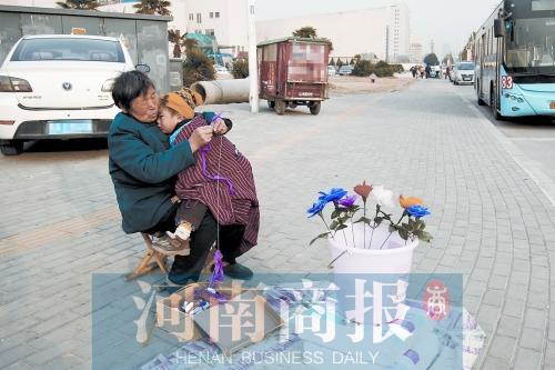 6旬白叟为给29岁利剑血病儿子筹钱 天天陌头卖花