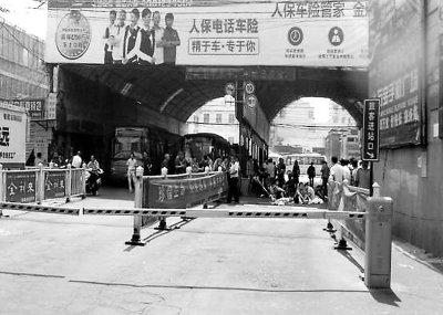 开封相国寺汽车站1乘客被车撞倒 拖行11米身亡