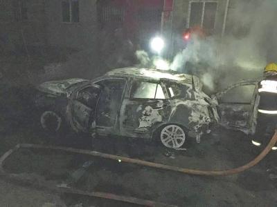 男子连撞12车后放火烧自己车 安静盯大火发呆