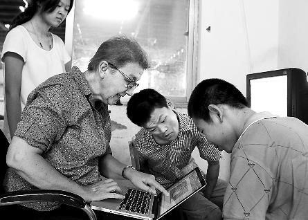 伊莎贝尔用自己制作的康复课件帮助智障儿童康复训练图片