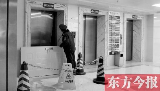 在栾川县人民医院15楼骨二科病区,一名保安在巡查事发现场被损坏的