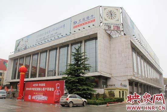 11月29日上午11点摆布,记者再次来到河南省国民礼堂,成果发明楼顶的两处户外告白牌依然存在,没有任