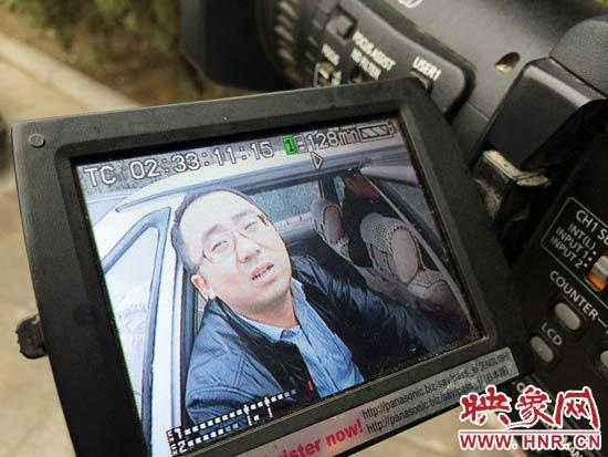 记者挡在车前,两人坐在车内乱,支支吾吾的不吭声,对于违法告白拆除的相干进度,均杜口不答。