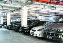 深圳一经适房地下车库里,不乏奔驰、宝马等豪车