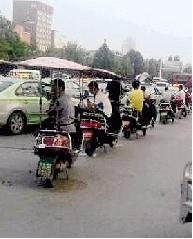 郑州小摩的太疯狂 大公交被挤无法进站(图)