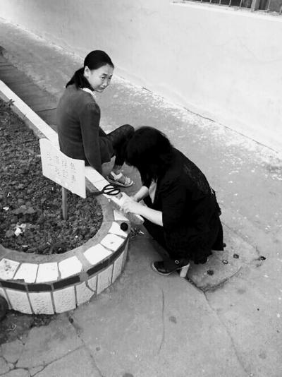 项城一老师为学生补鞋照走红网络 网友:像妈妈