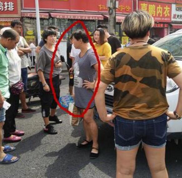 郑州一大妈疑似碰瓷躺地 或因地面太烫又爬起来