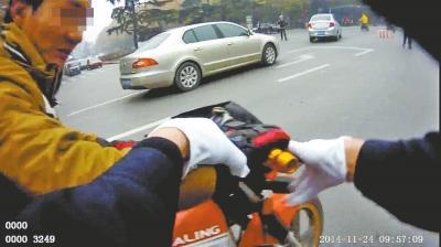 洛阳无证驾驶无照摩托被拦时脚踹*** 已被拘留