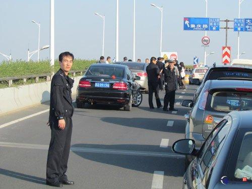 南京发生枪击事件 三人向奥迪连开三枪