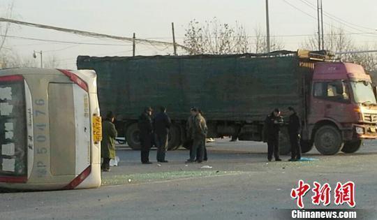 河南一公交车被撞翻17人伤事发时红绿灯停用