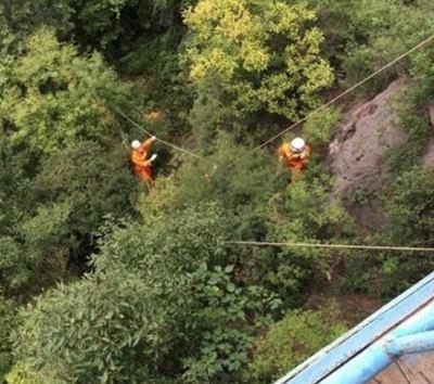 济源一男子爬山不慎掉下20米山沟 消防官兵紧急救援