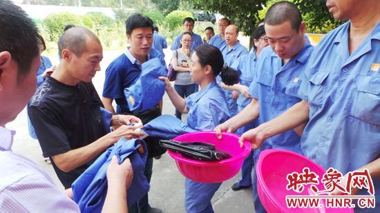 进厂间前,燃气公司给网友发放防静电服,并收手机相机等电子设备。