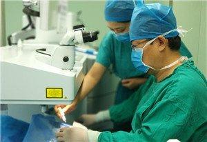 近视手术第二天就上班 男子视力变这样