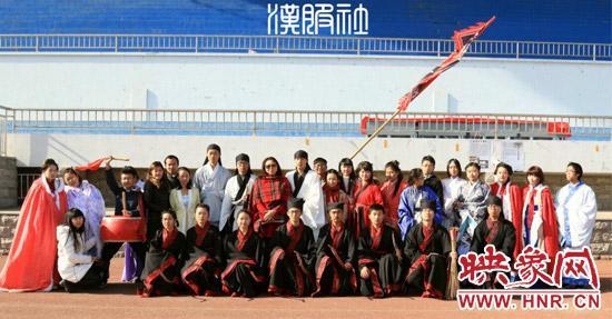 7日上午,河年夜学子回复复兴的乡射礼在金明校区志义运动场出色上演。