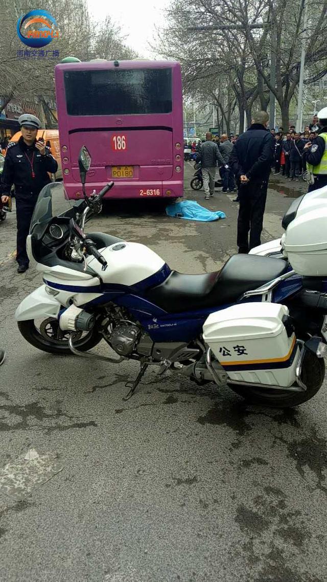 郑州一骑车女子命丧公交车轮下 事故原因说法不一