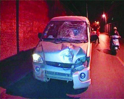 郑州一面包车撞死人后逃跑 的哥紧追2公里逼停