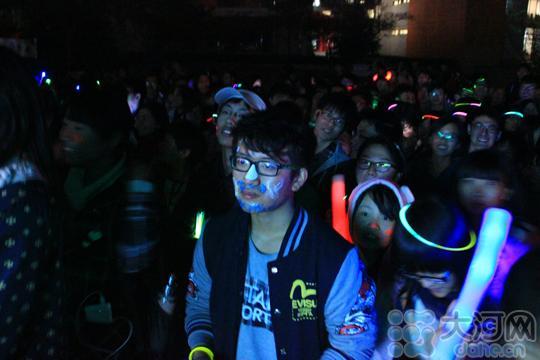 郑年夜3千论理学生用荧光涂脸举灯夜跑 如刺眼银河