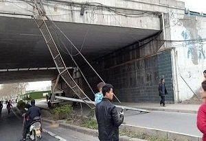 吓人!郑州一高速桥体装饰坠落 砸中过路男童童