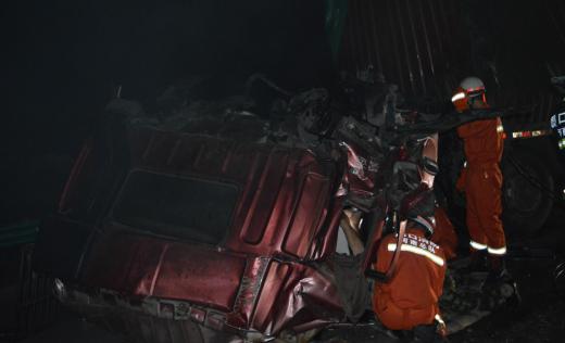 宁洛高速周口段两货车追尾 驾驶室翻转司机被困