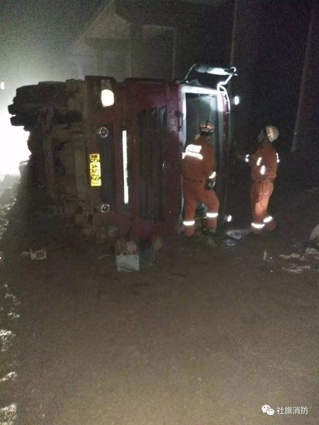 拉沙货车侧翻司机被困 社旗消防成功救人