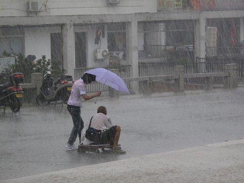 苏州少女为残疾乞丐撑伞挡雨 被誉最美仙女