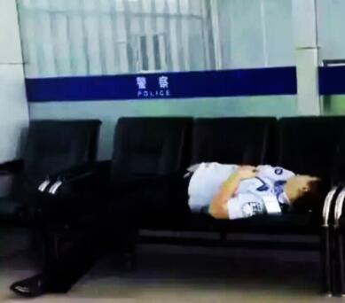 """济源民警""""不雅睡姿""""照片疯传 背后另有隐情"""