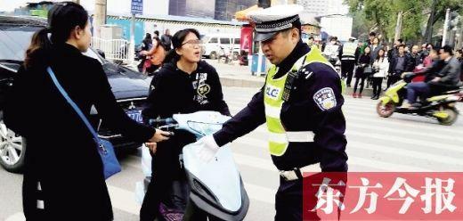 郑州女子骑车被***拦下 称是我的事让车怼逝世我
