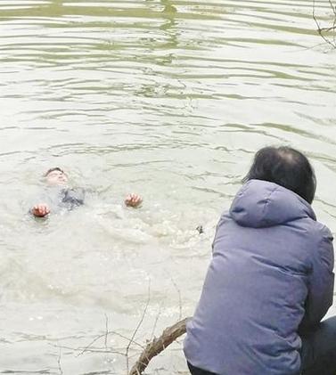 男子不慎跌入湖中 新乡夫妻奋力救人