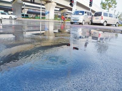 窨井冒污水两周无人管 路口结冰行人被摔骨折
